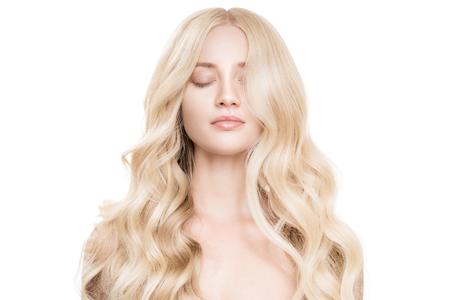 Portret van mooie jonge blonde vrouw met lang golvend haar.
