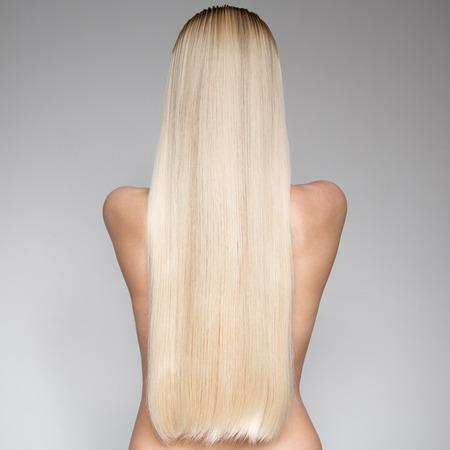 capelli lisci: Ritratto Di Bella giovane donna bionda con lunghi capelli lisci. Vista posteriore Archivio Fotografico