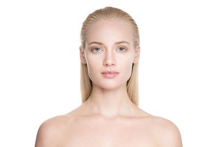 Retrato de una mujer joven rubia con pelo largo alisado. Aislado en el fondo blanco