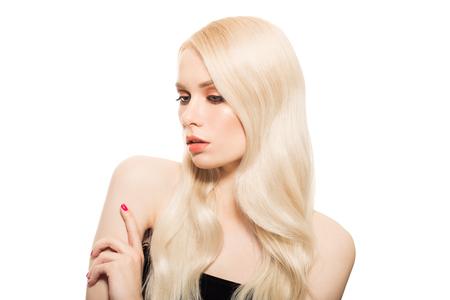 salud sexual: Retrato de la hermosa joven mujer rubia con pelo largo y ondulado. Aislado. Foto de archivo