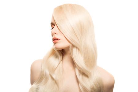 長いウェーブのかかった髪を持つ美しい若い金髪女性の肖像画。分離されました。 写真素材