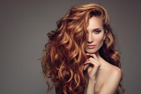 Retrato de mujer con pelo largo y rizado hermoso jengibre.