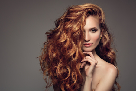 Ritratto di donna con lunghi capelli ricci di zenzero bello.