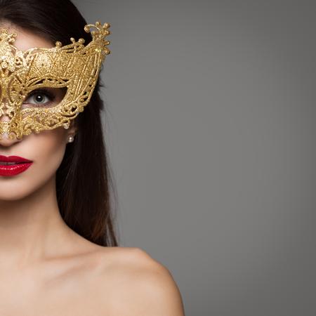 Portret van vrouw in carnaval gouden masker. Kopieerruimte. Stockfoto