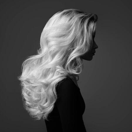 Schöne junge Frau. Wunderschönes blondes Haar. Monochromes Bild.