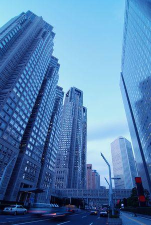 wolkenkrabbers wijk Shinjuku met bewegende auto's, Tokyo Japan