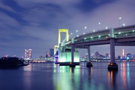 illumination: uno de los lugares famosos de Tokio, Tokio Rainbow puente colgante soporta sobre aguas de noche con iluminaci�n esc�nica de colorido