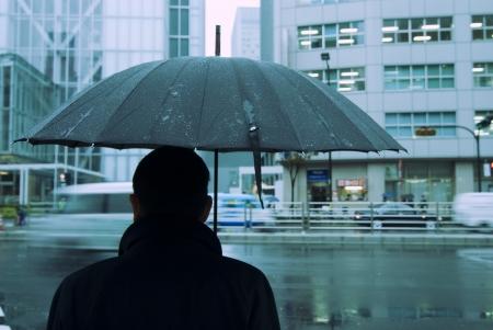 uomo sotto la pioggia: Tokyo sfondo delle piogge, si concentrer� su uomo e ombrellone