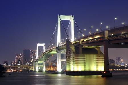 een van de beroemde bezienswaardigheden Tokio, Tokyo Regenboog brug over de baai wateren met landschappelijke nacht verlichting