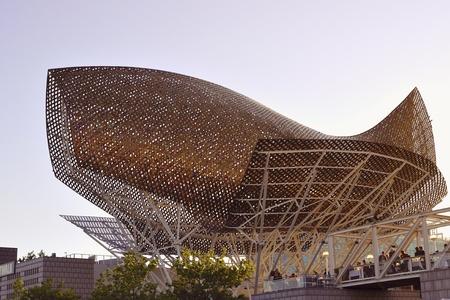 Barcelona, Spanje - 21 juni 2010: Beroemde Peix sculptuur (Gold Fish) op de plaats van Port Olimpic in Barcelona. Deze sculptuur is Frank O. Gehry kunstwerk gebouwd voor de Olympische Zomerspelen 1992.