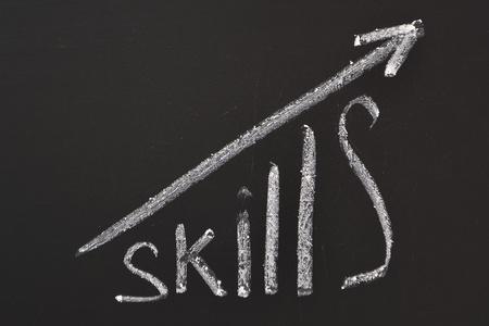 umiejętności: Umiejętności słowo pisane ręcznie na tablicy z wykresem rosnących strzałki Zdjęcie Seryjne