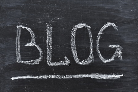 Blog woord handgeschreven op de zwarte schoolbord