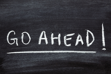 seguir adelante: palabras escritas a mano motivaci�n - seguir adelante en la pizarra de la escuela