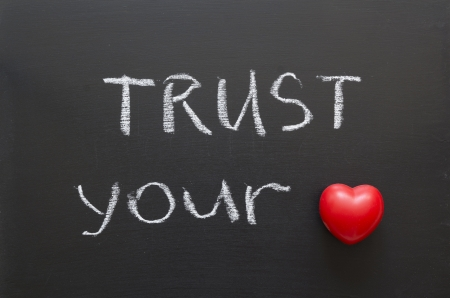 vertrouw op je hart zin handgeschreven op blackboard