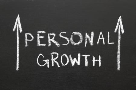 persoonlijke groei: Persoonlijke groei zin handgeschreven op het bord met stijgende pijlen Stockfoto