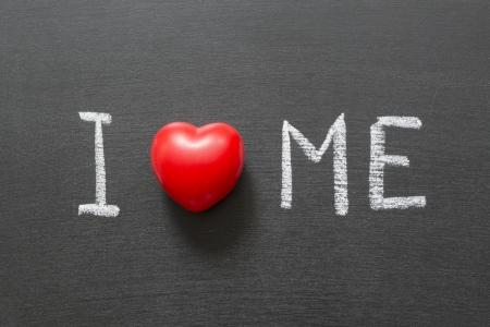 egoista: Me amo frase escrita a mano en la pizarra de la escuela