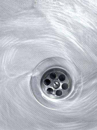 desague: el flujo de agua hacia el drenaje remolino cocina Foto de archivo