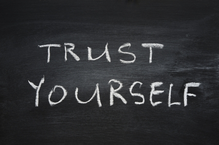 vertrouw op jezelf zin handgeschreven op schoolbord
