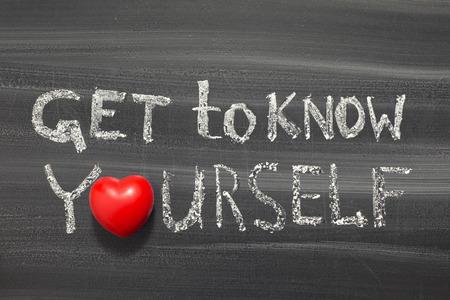 egoista: conocerse a s� mismo una frase escrita a mano en la pizarra de la escuela
