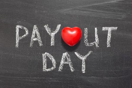 payout: frase d�a de pago escrita a mano en la pizarra de la escuela