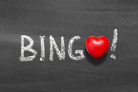 bingo woord met de hand geschreven op bord met hart symbool in plaats van O Stockfoto