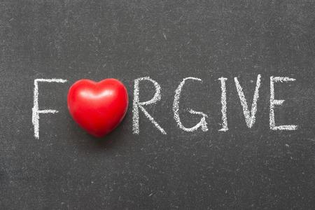 verzeihen Wort auf Tafel handschriftlich mit Herz-Symbol anstelle von O