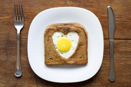 huevo blanco: tostadas con huevo frito servido en un plato blanco