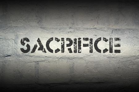 sacrificio: sacrificar la impresi�n de la plantilla en la pared de ladrillo blanco de grunge