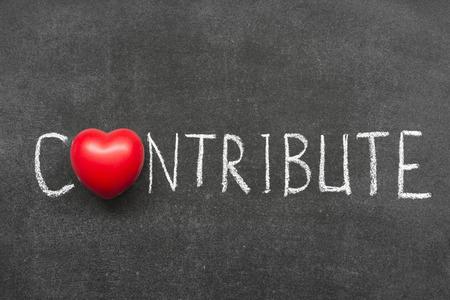 contribuire: contribuire parola scritta a mano sulla lavagna con il simbolo del cuore Archivio Fotografico
