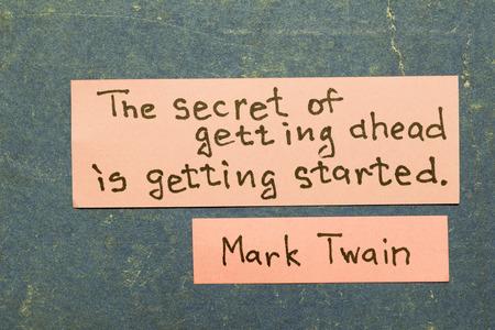 앞서가는 비법이 시작됩니다 - 유명한 미국 작가 Mark Twain은 빈티지 판지 보드에 분홍색 노트가있는 해석을 인용합니다.