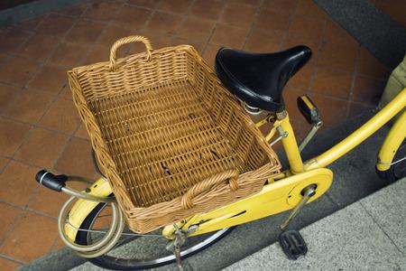 clavados: vac�o cesta de paja rectangular fija en bicicleta de vuelta