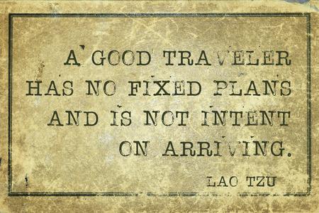 Paradoks: Dobry podróżnik nie ma ustalonych planów - starożytny chiński filozof Lao Tzu cytat wydrukowany na grunge rocznika tektury