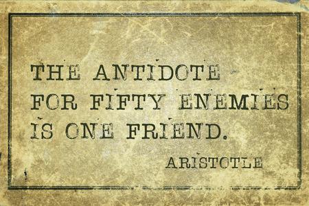 antidote: het tegengif voor vijftig vijanden - oude Griekse filosoof Aristoteles citaat afgedrukt op grunge vintage karton Stockfoto