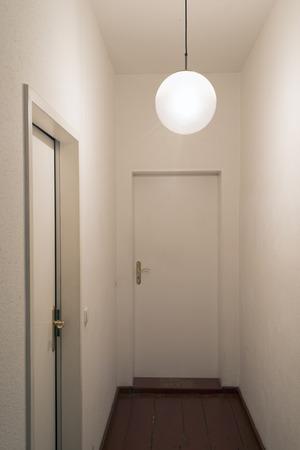 impiccata: verticale classico corridoio interno con impiccato lampada forma rotonda Archivio Fotografico