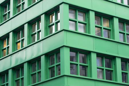 bioedilizia: moderno frammento di angolo bioedilizia con finestre piazza Archivio Fotografico