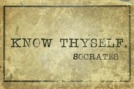 conócete a ti mismo - antiguo filósofo griego Sócrates cita impresa en cartulina de la vendimia del grunge