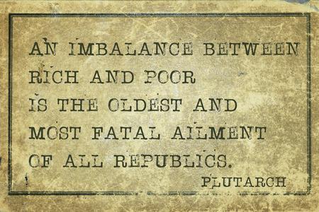 imbalance: Een onbalans tussen arm en rijk - oude Griekse filosoof Plutarch citaat afgedrukt op grunge vintage karton Stockfoto