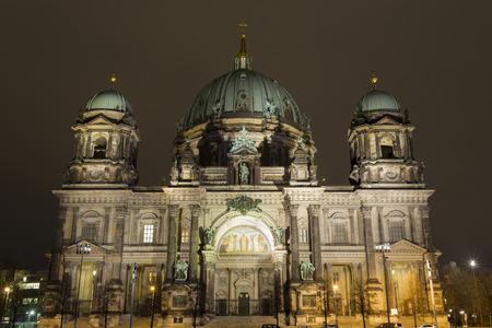 dom: c�l�bre cath�drale Berliner Dom illumin�e la nuit Banque d'images