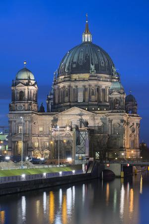 dom: cr�puscule paysage urbain avec la c�l�bre cath�drale Berliner Dom Banque d'images