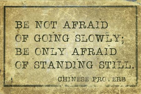 slowly: No tengáis miedo de ir poco a poco - antiguo proverbio chino impreso en cartón de grunge vintage