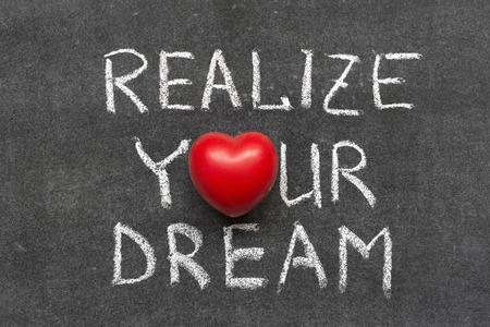 realiseren: het realiseren van uw droom zin handgeschreven op Blackboard met hart symbool in plaats van O