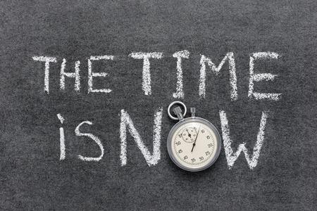 De tijd is nu zin handgeschreven op bord met vintage nauwkeurige stopwatch gebruikt in plaats van O