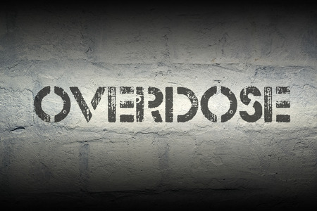 sobredosis: impresi�n de la plantilla sobredosis en la pared de ladrillo blanco de grunge
