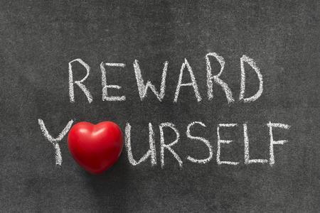belohnen Sie sich Phrase auf Tafel handschriftlich mit Herz-Symbol anstelle von O Standard-Bild