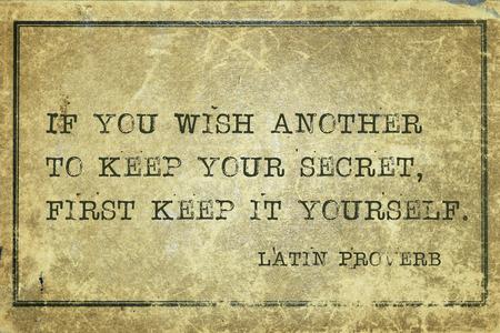 guardar silencio: Si desea otra para mantener su secreto - antiguo proverbio latino impreso en cart�n de grunge vintage