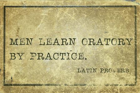 oratory: Los hombres aprenden la oratoria por la pr�ctica - antiguo proverbio latino impreso en cart�n de la vendimia del grunge