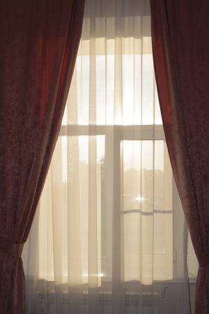 sipario chiuso: tenda di finestra chiusa con sole dietro di essa