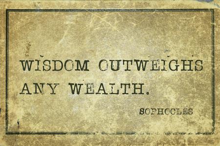 outweighs: La sabidur�a es mayor que cualquier riqueza - fil�sofo griego S�focles cita impresa en cartulina del grunge del vintage Foto de archivo