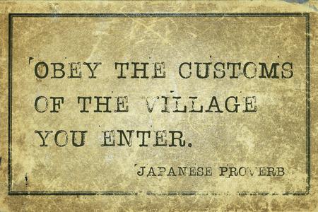 obedecer: Obedecer las costumbres de la aldea donde entr�is - antiguo proverbio japon�s impreso en cart�n de la vendimia del grunge