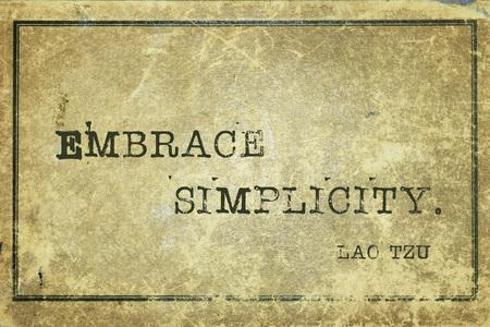 sencillez: Abrazar la simplicidad - antiguo filósofo chino Lao Tzu cita impresa en cartón de cosecha grunge